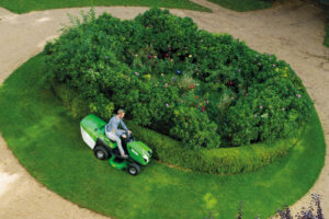 2 Main Differences Between Walk Behind And Ride On Lawnmowers